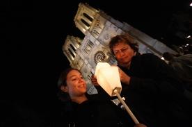 Po zamachach Francuzi powracają do Kościoła