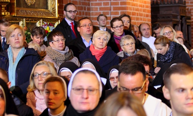 Licznie zgromadzeni wierni uczestniczyli w ingresie