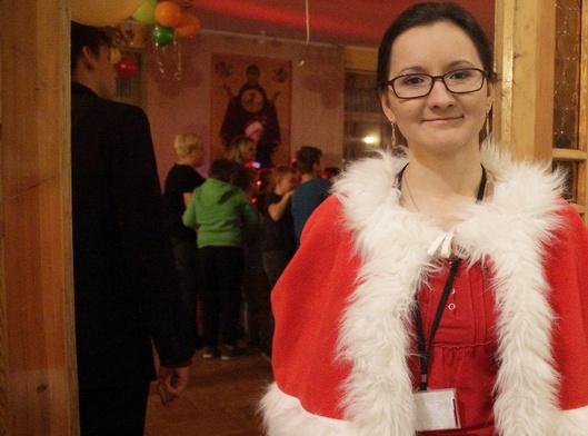 Anna Dąbkowska zapraszała przybyłych do mikołajkowej zabawy