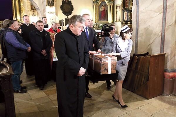 Miedzianą trumienkę wniesiono procesyjnie do kościoła.
