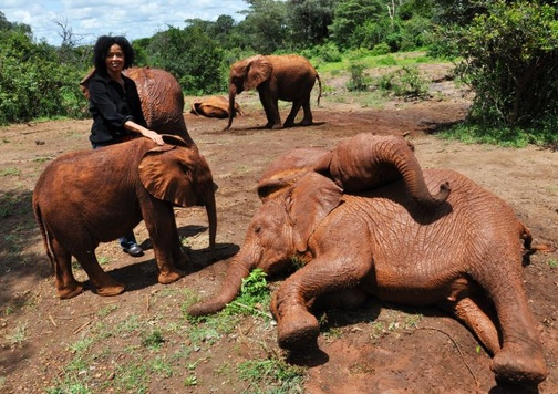 "dr Paula Kahumbu z wychowankami ""The David Sheldrick Wildlife Trust""."