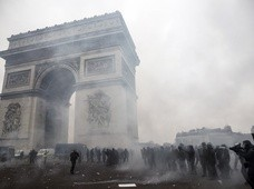 Paryż: Stracia pod Łukiem Triumfalnym